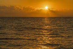 Alvorecer colorido sobre o mar, por do sol Por do sol m?gico bonito sobre o mar Por do sol bonito sobre o oceano Por do sol sobre imagem de stock royalty free