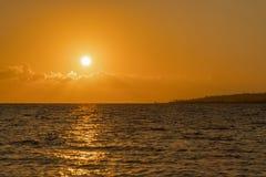 Alvorecer colorido sobre o mar, por do sol Por do sol m?gico bonito sobre o mar Por do sol bonito sobre o oceano Por do sol sobre fotos de stock royalty free