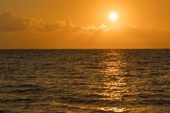 Alvorecer colorido sobre o mar, por do sol Por do sol m?gico bonito sobre o mar Por do sol bonito sobre o oceano Por do sol sobre imagem de stock
