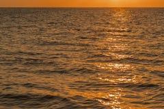 Alvorecer colorido sobre o mar, por do sol Por do sol m?gico bonito sobre o mar Por do sol bonito sobre o oceano Por do sol sobre fotografia de stock royalty free