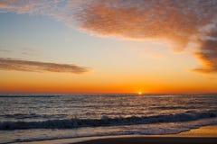Alvorecer colorido sobre o por do sol do mar imagens de stock royalty free