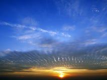 Alvorecer com as nuvens no céu azul foto de stock