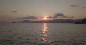 Alvorecer do farol da rocha do mar Mediterrâneo video estoque