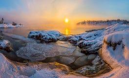 Alvorecer do inverno na baía no lago imagens de stock royalty free