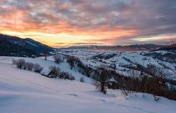 Alvorecer do inverno no campo montanhoso imagens de stock