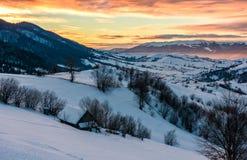 Alvorecer do inverno no campo montanhoso imagens de stock royalty free