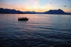 Alvorecer do lago boat Fotos de Stock