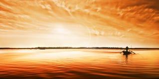 Alvorecer dourado no rio Fotografia de Stock Royalty Free