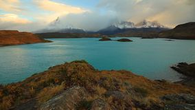Alvorecer dramático em Torres del Paine, o Chile