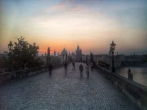 Alvorecer em Charles Bridge Foto de Stock Royalty Free