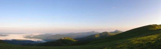 Alvorecer em montanhas velhas. Fotos de Stock Royalty Free