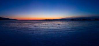 Alvorecer em um panorama gelado do Lago Baikal Fotos de Stock Royalty Free