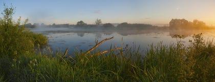Alvorecer em uma névoa no rio. Foto de Stock