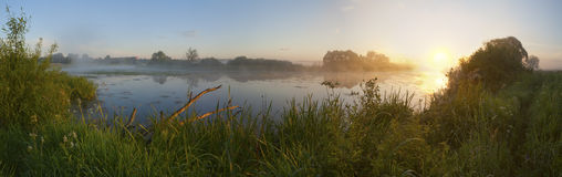 Alvorecer em uma névoa no rio. Fotografia de Stock