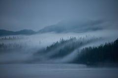 Alvorecer enevoado, dentro da passagem, Alaska Imagens de Stock Royalty Free