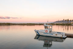 Alvorecer entrado do porto de Ventura do barco de patrulha do porto Fotos de Stock