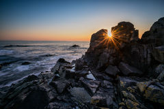 Alvorecer entre as rochas Imagem de Stock Royalty Free