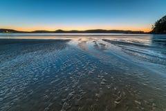 Alvorecer na praia Imagem de Stock