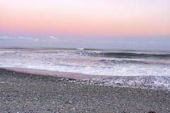 Alvorecer na praia de Okarito imagem de stock