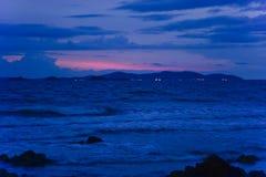 Alvorecer na praia rochosa fotos de stock