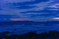 Alvorecer na praia rochosa fotos de stock royalty free