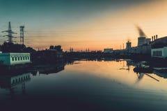 Alvorecer nas estações hidroelétricos da planta do rio imagem de stock royalty free