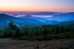 Alvorecer nas montanhas fotos de stock