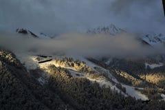 Alvorecer nas montanhas de Krasnaya Polyana foto de stock royalty free