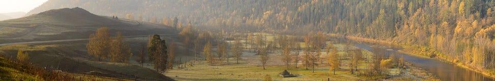Alvorecer nas montanhas dos Ural Fotos de Stock
