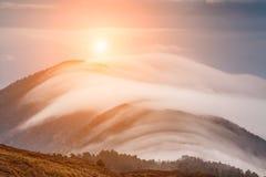 Alvorecer nevoento bonito nos Himalayas, Nepal Fotos de Stock