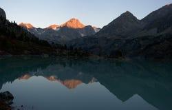 Alvorecer no lago das montanhas Fotos de Stock
