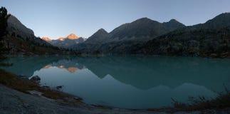 Alvorecer no lago das montanhas Fotografia de Stock