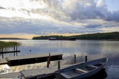 Alvorecer no Lago Ladoga imagens de stock