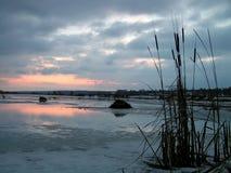 Alvorecer no lago Tulchinskom. Fotografia de Stock