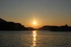 Alvorecer no mar de Seto Inland em Tomonoura foto de stock royalty free
