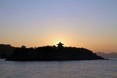 Alvorecer no mar de Seto Inland em Tomonoura fotografia de stock