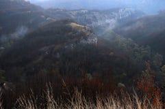 Alvorecer obscuro nas montanhas de Balcãs foto de stock royalty free