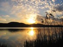 Alvorecer quieto bonito sobre o lago Imagens de Stock Royalty Free