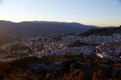 Alvorecer sobre a cidade de Chefchaouen Marrocos O sol irradia o illumi fotos de stock royalty free