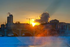 Alvorecer sobre a manhã do inverno de Miass do rio Fotos de Stock Royalty Free