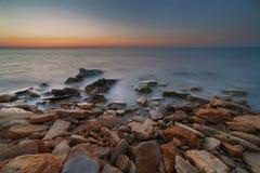 Alvorecer sobre o mar na exposição longa imagem de stock
