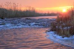 Alvorecer sobre o rio de pressa do inverno Foto de Stock Royalty Free