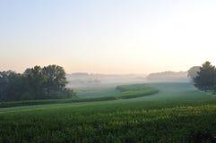 Alvorecer sobre a terra de cultivo fotografia de stock royalty free
