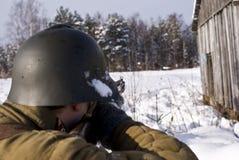 Alvos do soldado de exército vermelho de um rifle Imagem de Stock Royalty Free