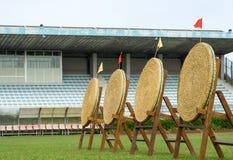Alvos vazios da palha do tiro ao arco em suportes de madeira Imagem de Stock Royalty Free