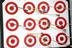 Alvos vermelhos com setas coloridas Fotografia de Stock Royalty Free