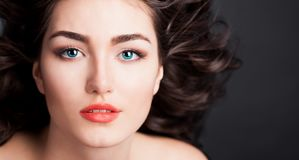 Alyona, σοβαρό πρόσωπο με τους μπλε φακούς επαφής, μαύρο υπόβαθρο Στοκ εικόνες με δικαίωμα ελεύθερης χρήσης