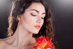 Alyona, ernstig gezicht met bruine ogen en rood nam toe Stock Foto's