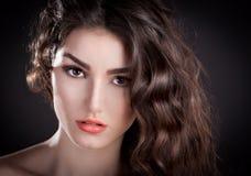 Alyona, ernstig gezicht met bruine ogen, zwarte achtergrond! Royalty-vrije Stock Fotografie