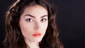 Alyona, ernstig gezicht met bruine ogen, zwarte achtergrond Royalty-vrije Stock Foto